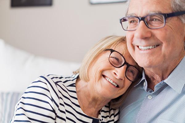 Älteres Seniorenpaar erfreut sich ihrer neuen Lebensqualität